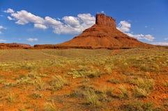 与沙漠植物的高红色mesa在前景和蓝天,犹他,美国 库存照片