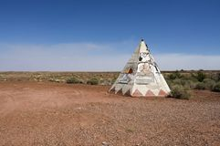 与沙漠风景的老路线66圆锥形帐蓬 免版税图库摄影