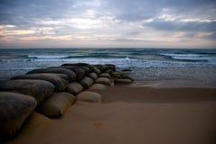 与沙袋的海洋日出 免版税库存图片