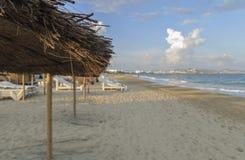 与沙滩伞的海岸 免版税库存图片