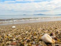 与沙滩的海视图 库存图片