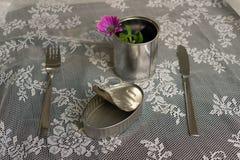 与没什么的空的沙丁鱼锡罐一起吃叉子,刀子 免版税库存照片
