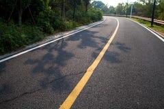 与沥青高速公路路的美丽的太阳上升的天空 免版税图库摄影