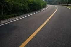 与沥青高速公路路的美丽的太阳上升的天空 库存照片