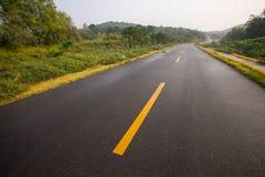 与沥青高速公路路的美丽的太阳上升的天空 免版税库存图片