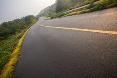 与沥青高速公路路的美丽的太阳上升的天空 免版税库存照片