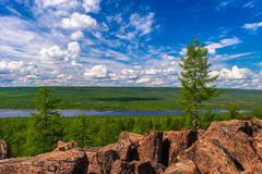 与河、森林、峭壁和云彩的夏天风景在蓝天 免版税库存照片