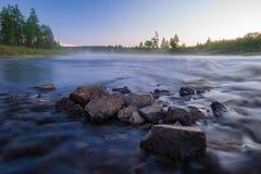 与河、森林、峭壁和波浪的夏天风景 图库摄影