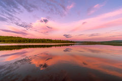 与河、森林、峭壁和波浪的夏天风景 免版税库存照片