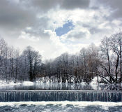 与河、瀑布和云彩的冬天横向 免版税库存图片