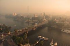 与河上的桥的都市都市风景和小船 免版税库存照片