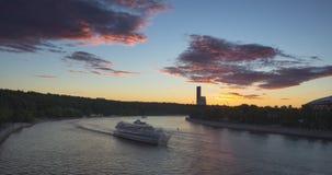 与河云彩的交通和运动的都市风景在日落的 股票视频