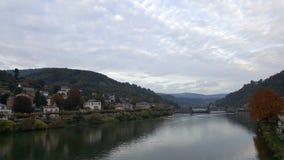 与河内卡河的城市视图在海得尔堡, Baden,德国 免版税库存照片