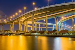 与河前面,夜间的巨大的高,主要曼谷明确方式 免版税图库摄影