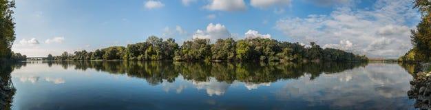 与河和两座桥梁的全景风景 库存图片