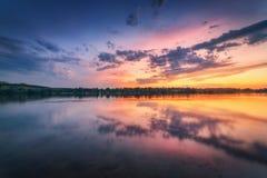 与河和五颜六色的天空的美好的场面与在sunse的云彩 免版税库存图片