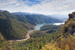 与河和多云天空的谷 库存图片