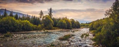 与河和山的风景 库存照片