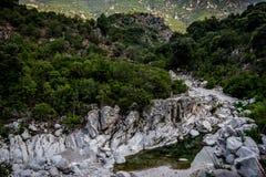 与河和岩石的峡谷 免版税库存图片