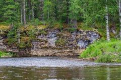 与河和峭壁的风景 克拉斯诺亚尔斯克疆土,俄罗斯 免版税库存图片