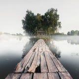 与河和房子的美好的风景在背景中 免版税图库摄影