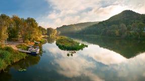 与河和木头的横向 免版税库存照片