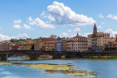 与河和桥梁的佛罗伦萨都市风景 库存图片