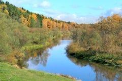 与河和森林的秋天风景 图库摄影