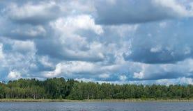 与河和森林的风景天际的 覆盖积云天空 拉脱维亚自然 调遣结构树 库存图片