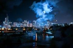 与河和满月的芝加哥地平线城市在晚上 免版税库存照片