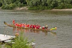 与河和独木舟的美好的风景对此 免版税库存照片