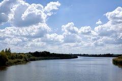 与河和自然的风景 免版税库存图片
