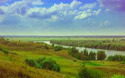 与河和领域的夏天风景 库存照片