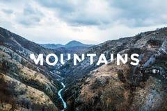 与河峡谷的自然风景在山 免版税图库摄影