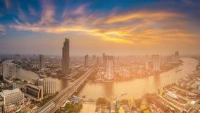 与河弯曲了和日落天空背景的全景曼谷市鸟瞰图 库存图片