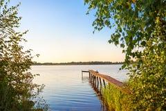 与河桥梁的农村夏天风景 库存图片