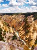 与河流动的五颜六色的黄石峡谷 免版税库存照片