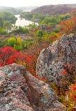 与河的农村秋天葡萄酒日落风景 库存图片