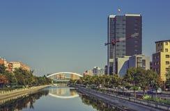 与河的城市视图 免版税库存图片