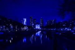 与河的城市风景夜间的 图库摄影