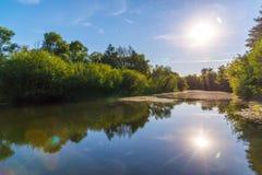 与河的夏天风景在中央俄罗斯 库存照片