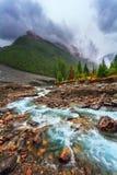 与河的山风景 多雨阴沉的天气 免版税图库摄影