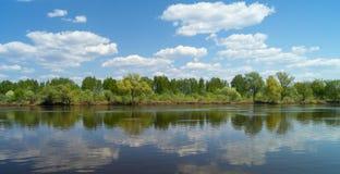 与河的年风景在农村地形 免版税图库摄影