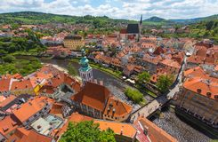 与河的捷克克鲁姆洛夫市鸟瞰图在完善的晴天 免版税图库摄影