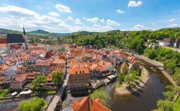 与河的捷克克鲁姆洛夫市鸟瞰图在完善的晴天 免版税库存照片