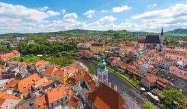 与河的捷克克鲁姆洛夫市鸟瞰图在完善的晴天 库存图片