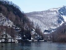 与河的斯诺伊山前面的 库存图片