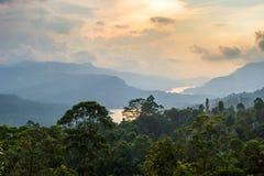 与河的热带风景山的 图库摄影