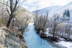 与河的美好的冬天山风景从保加利亚 免版税库存照片