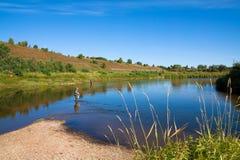 与河的美好的横向 钓鱼在一个农村地点 免版税图库摄影
